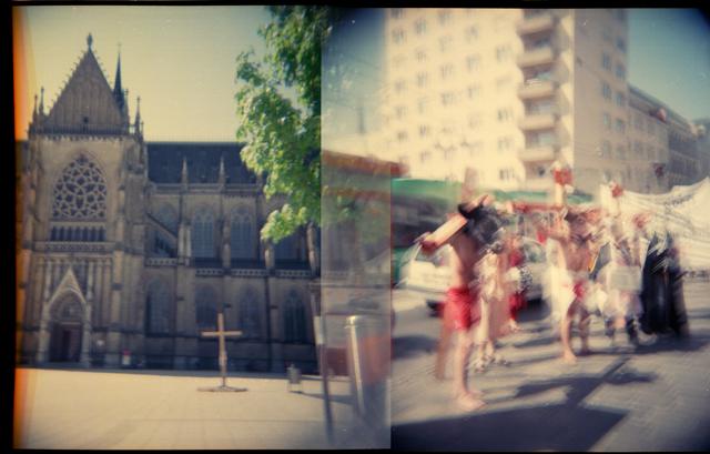 Holga_Kirche und Demo in Linz