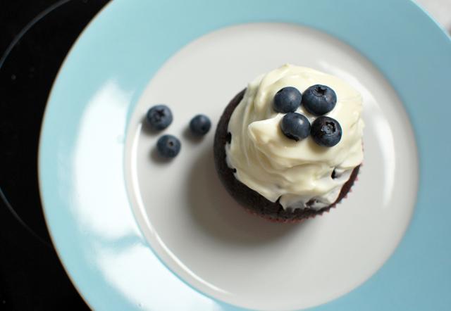 Schokoladen-Cupcake mit Heidelbeeren und Topfencreme