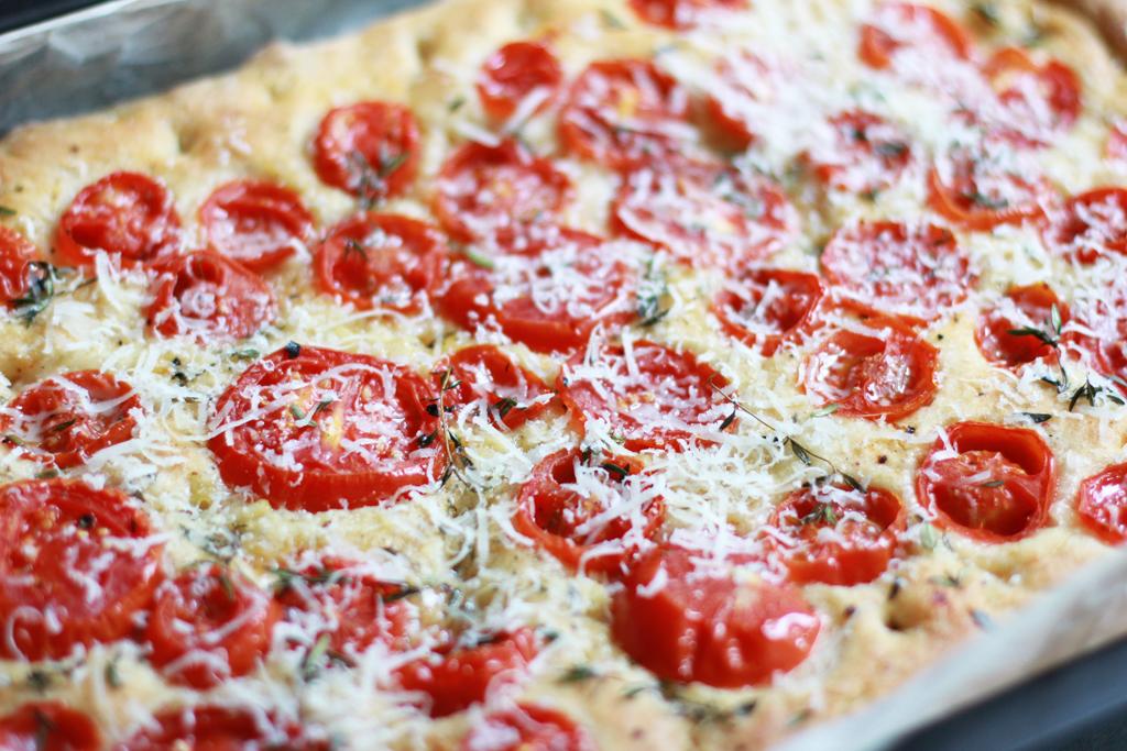 Fertige Focaccia mit Parmesan | Pixi mit Milch