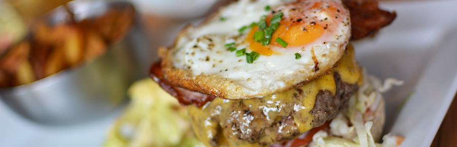 Burger essen im Smokey's | Pixi mit Milch