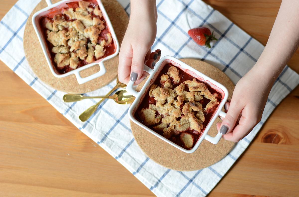 Erdbeer-Macadamia-Crumble |Pixi mit Milch