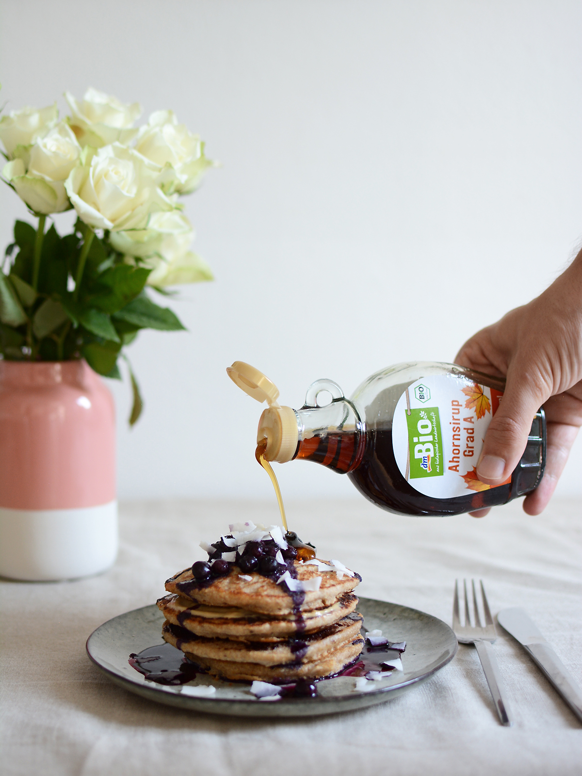 Kokos-Pancakes mit Ahornsirup | Pixi mit Milch