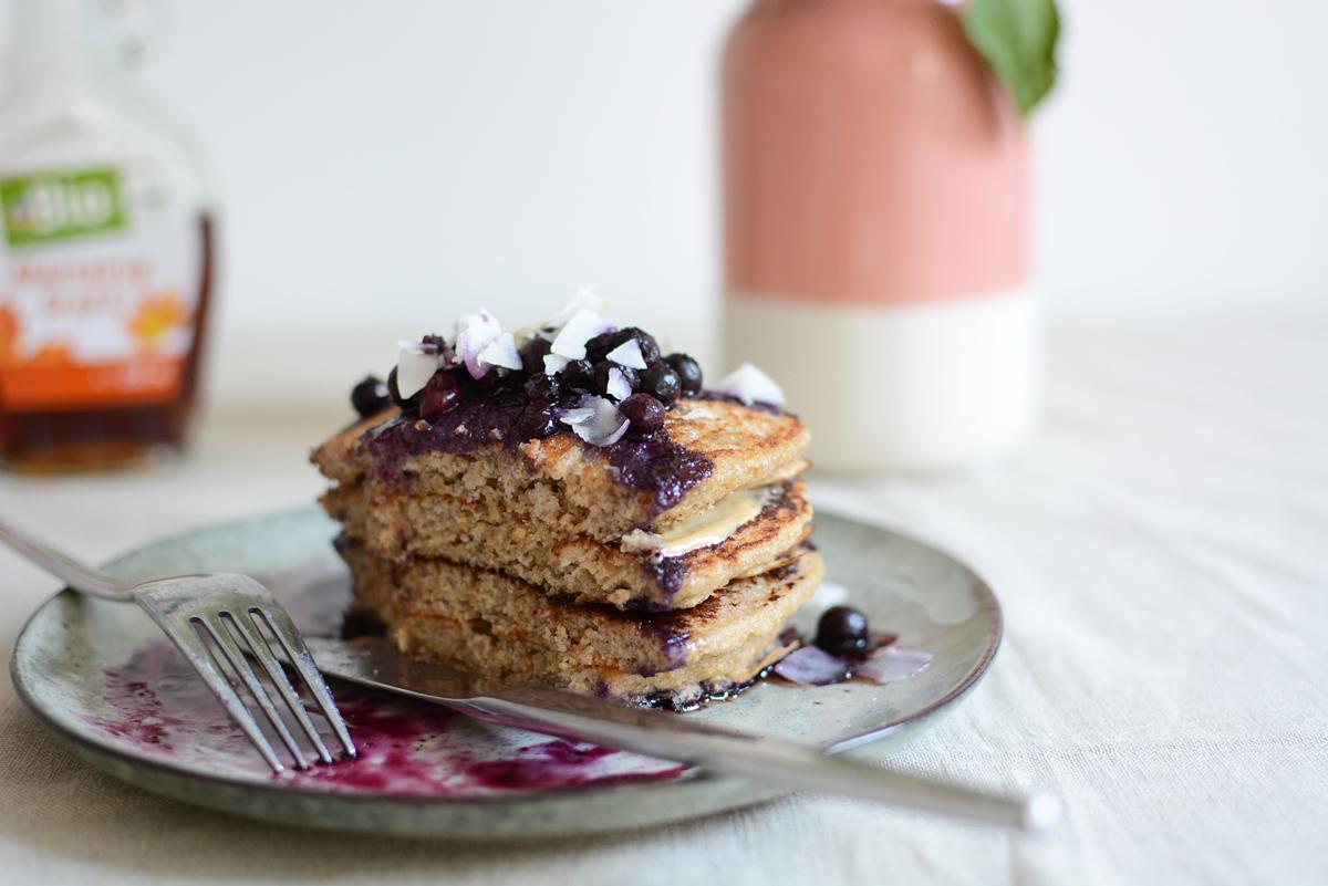 Kokos-Pancakes essen | Pixi mit Milch