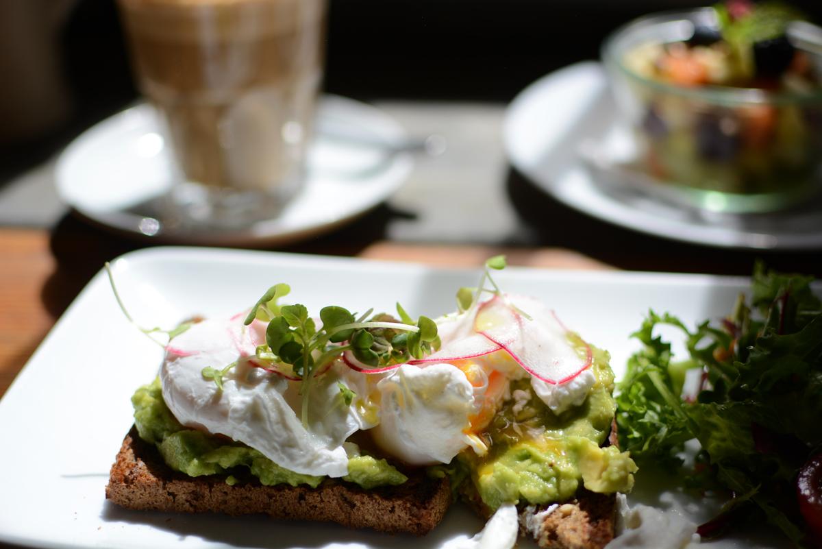 Café Krone: Avocadotoast |Pixi mit Milch