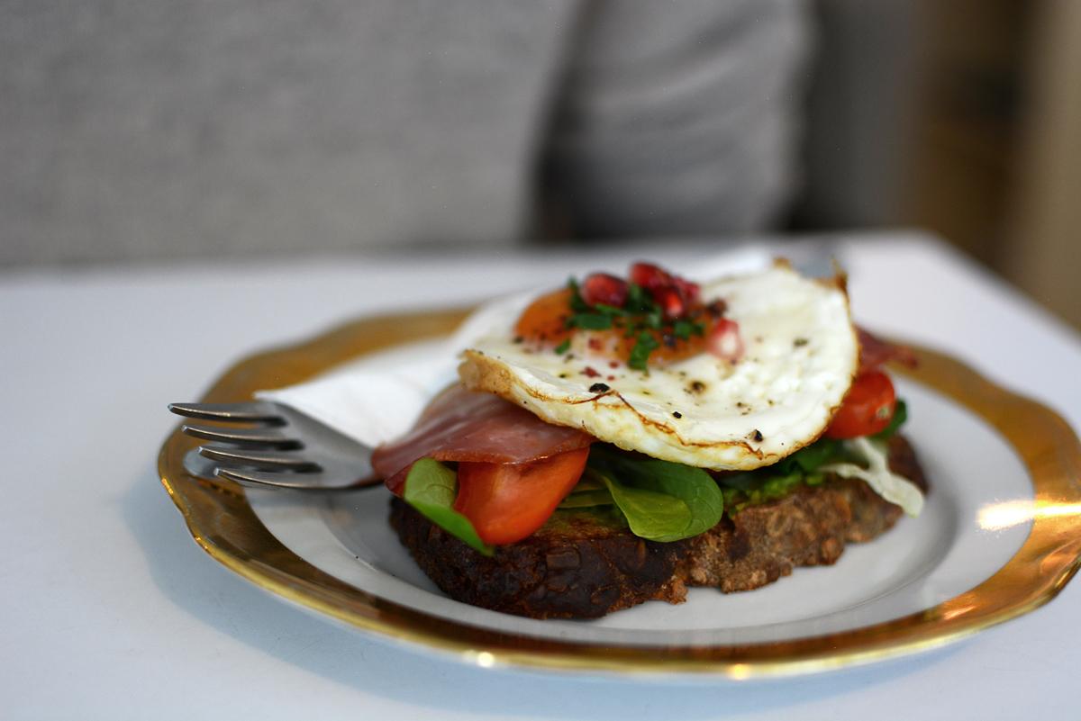 Frühstück im bistro8 in prag | pixi mit milch
