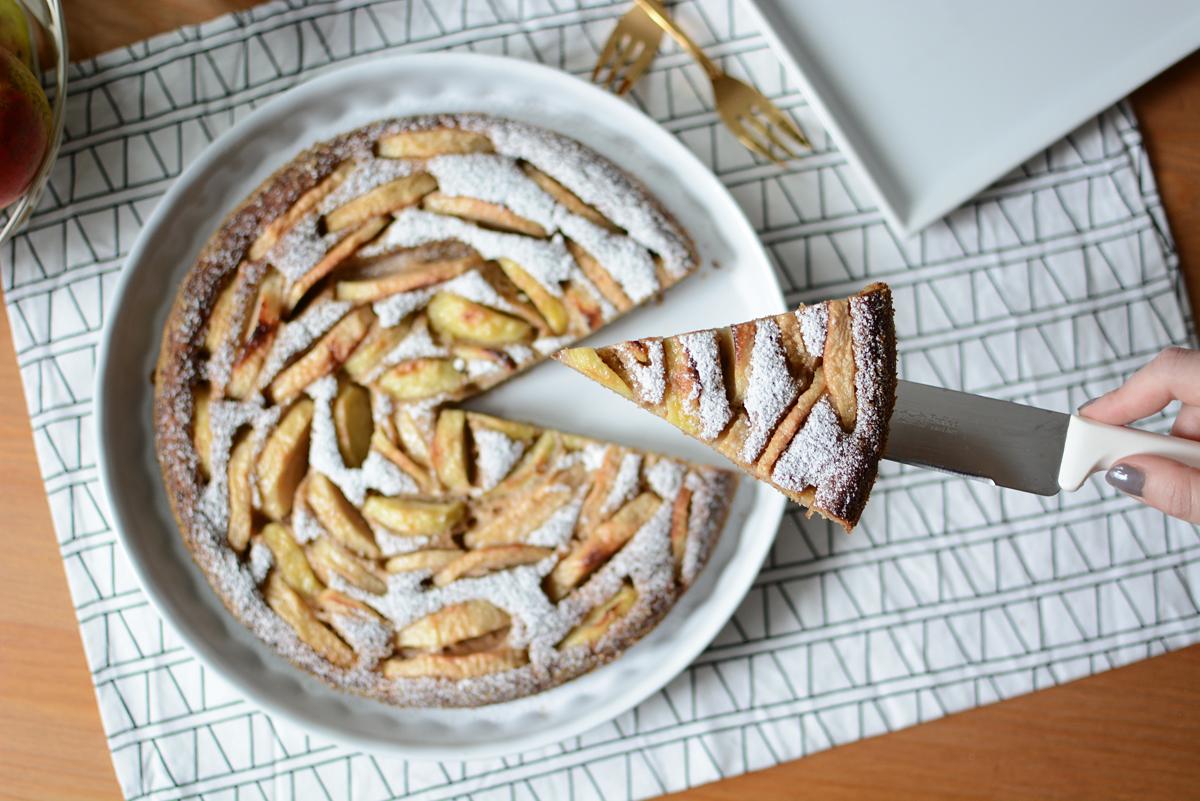 Apfelkuchenstueck | Pixi mit Milch
