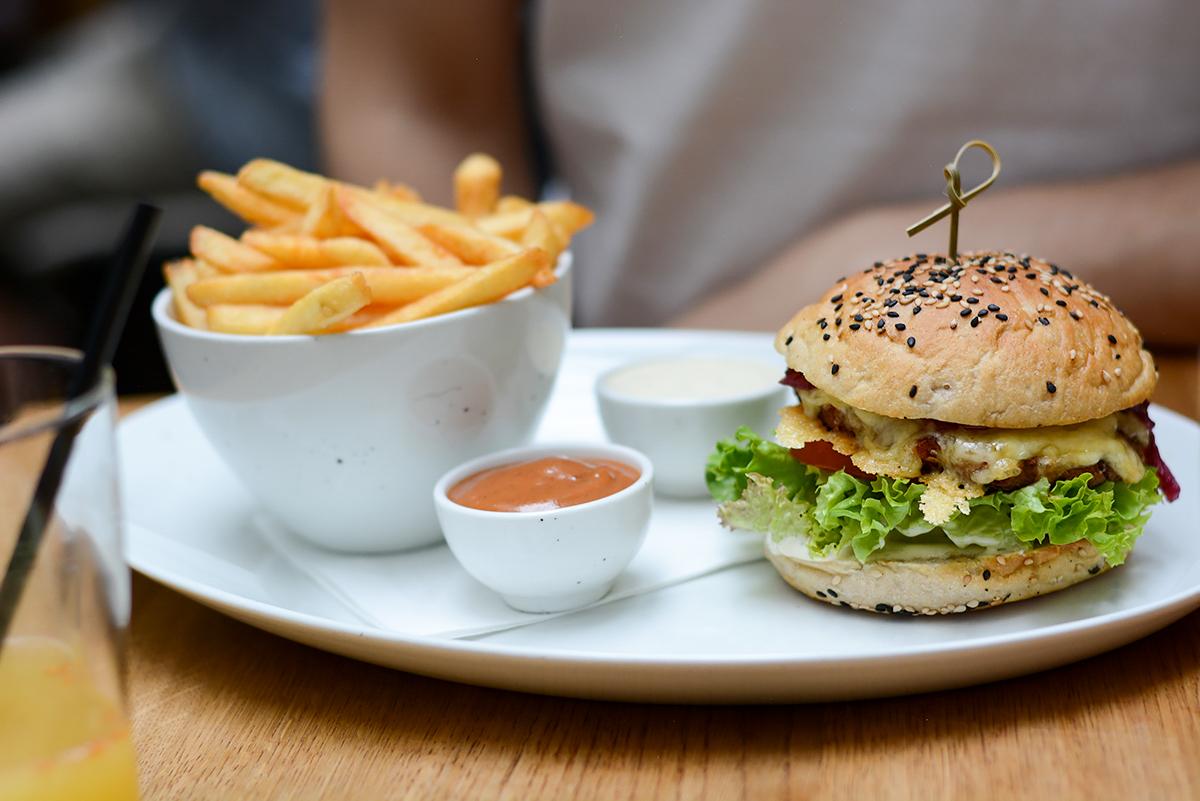 Tian Bistro: Burger | Pixi mit Milch