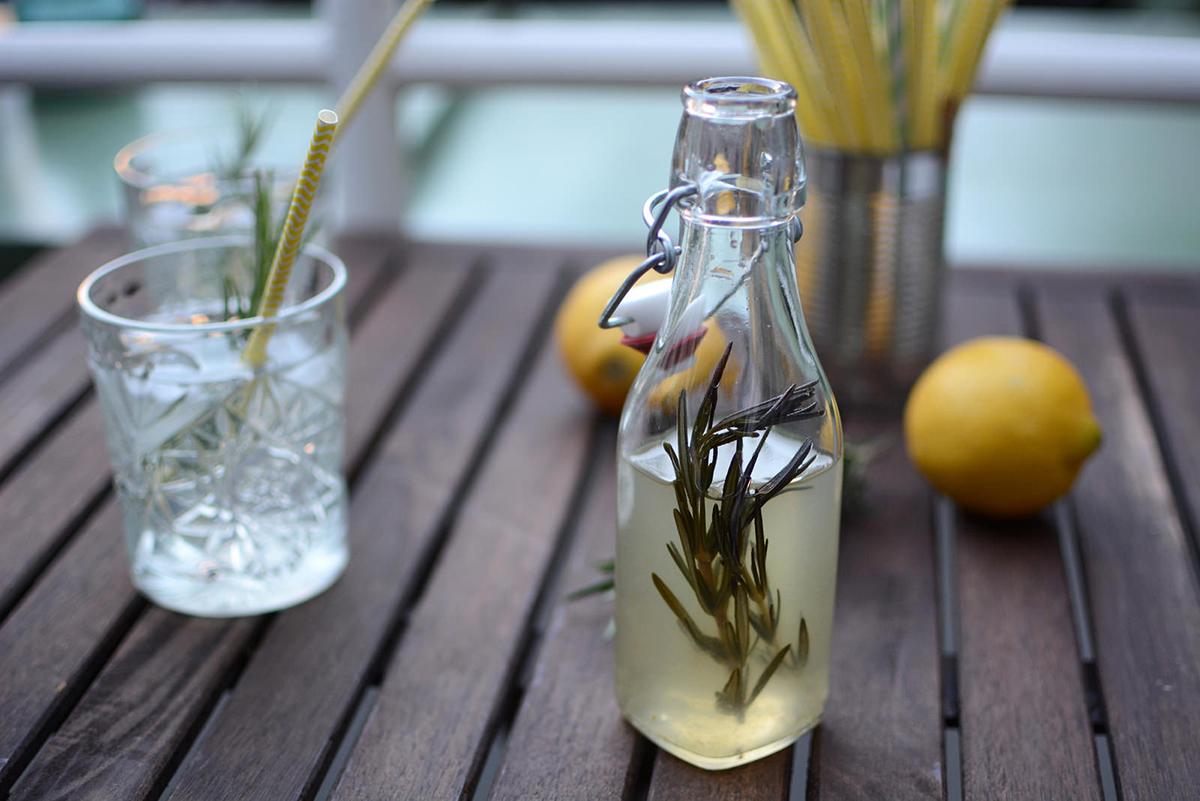 Zitronen-Rosmarin-Sirup_PiximitMilch