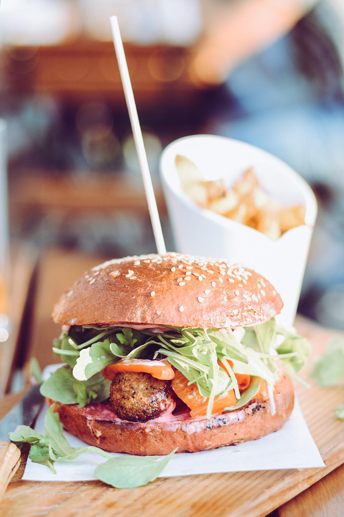 Siriuskogl Restaurant: veganer Burger | Pixi mit Milch